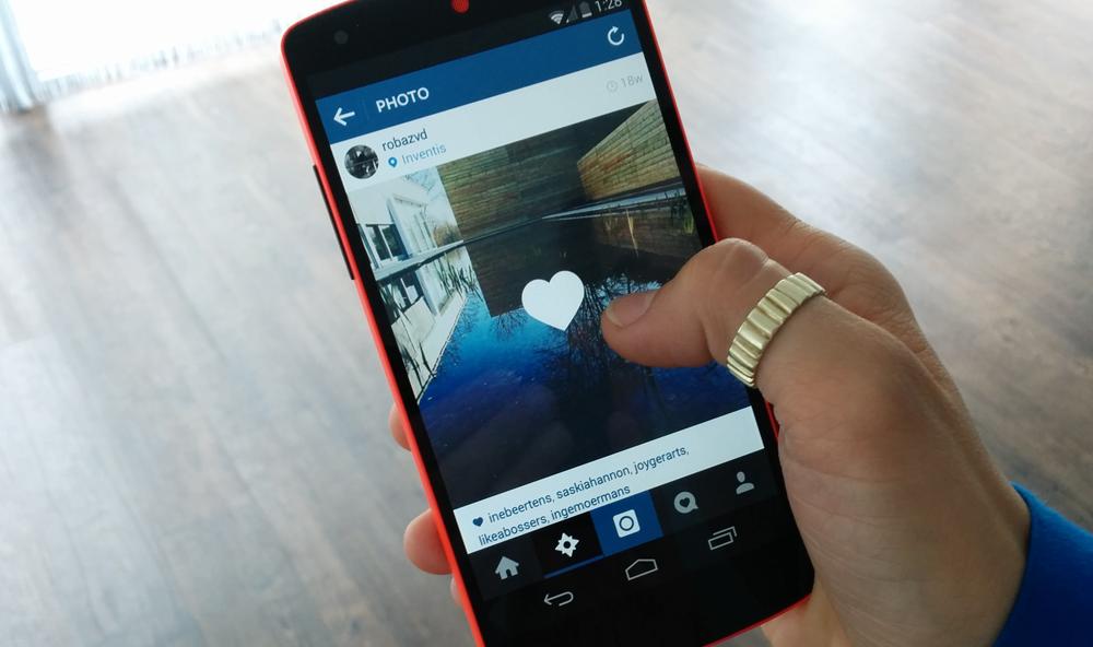 Usuario descubriendo las nuevas herramientas de Instagram