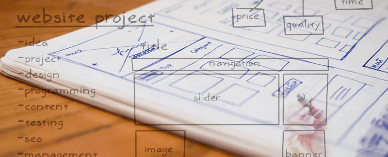 Cuaderno de notas con bocetos de navegación de diseño de sitios web para empresas