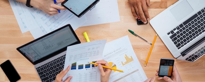 ¿Cuánto presupuesto debo asignar a medios impresos en la industria?